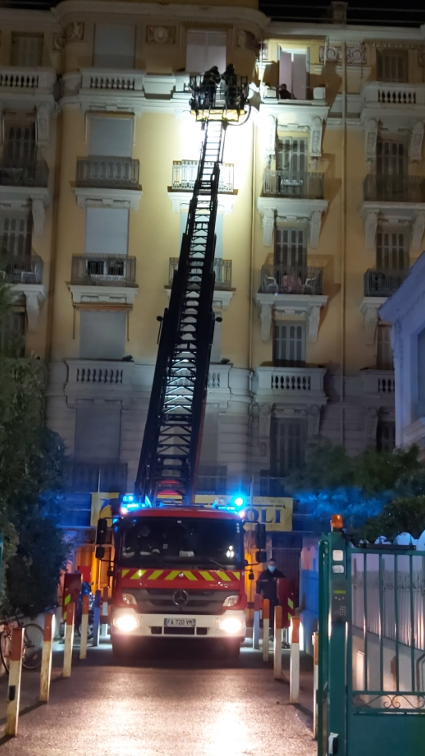 A Nice, au 219, Promenade des Anglais, un élément de façade du Palazzo del Sol s'est écrasé. Pas de victime mais des copropriétaires inquiets de la déliquescence de l'immeuble à laquelle s'ajoute un contentieux.