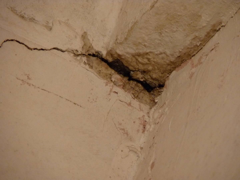 De larges fissures semblent confirmer la dangerosité de l'appartement.