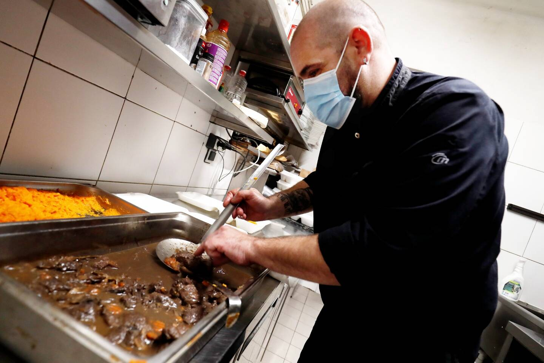 Le restaurant Le Dip, situé boulevard de la Mer, a mis son chef à contribution pour concocter des repas ''semi-gastro'' gracieusement offerts aux plus démunis.