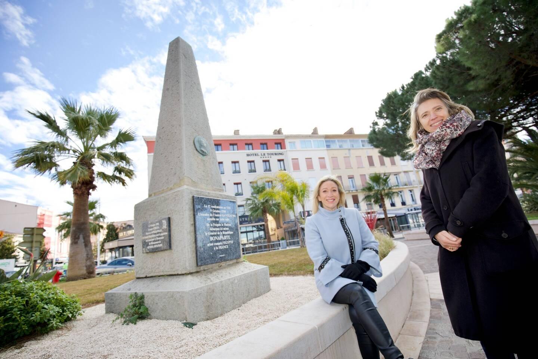Yolande Lopez, conseillère municipale déléguée aux associations culturelles, et Anne Joncheray, directrice du musée archéologique, devant l'obélisque érigé devant le vieux-port: ''L'année Napoléon'' est lancée!