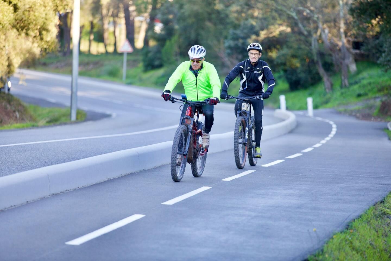 Comme ici à Valescure, de rares pistes cyclables existent sur le territoire de la Cavem. Et parfois, ça grimpe...