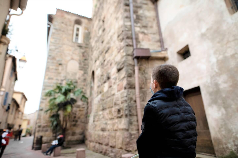 """""""Imaginez qu'ici, se dressaient sur plusieurs mètres de haut d'énormes remparts qui protégeaient la ville de Fréjus."""""""