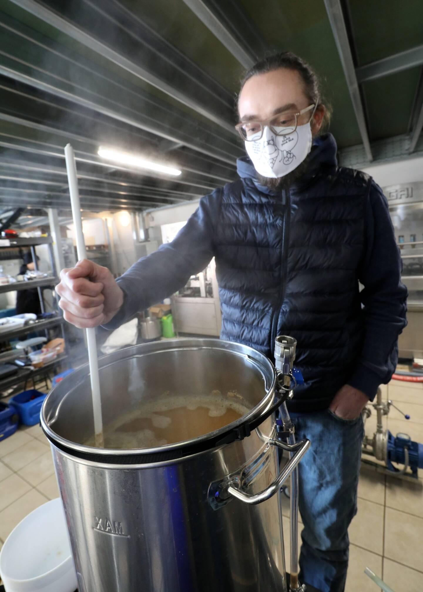Arnaud est venu de Nice pour élaborer sa propre bière.