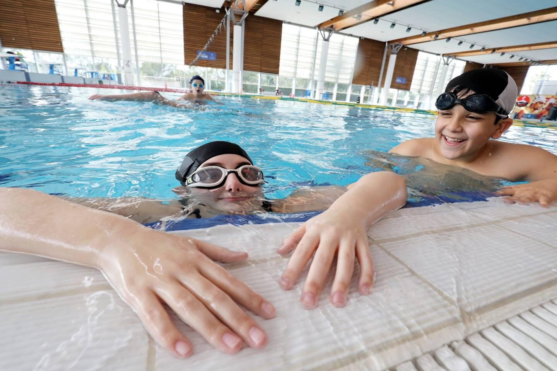 Avec des niveaux de pratique différents, Kaxandra et Mahmoud prennent plaisir à nager grâce au dispositif mis en place par leur structure d'accueil spécialisée.