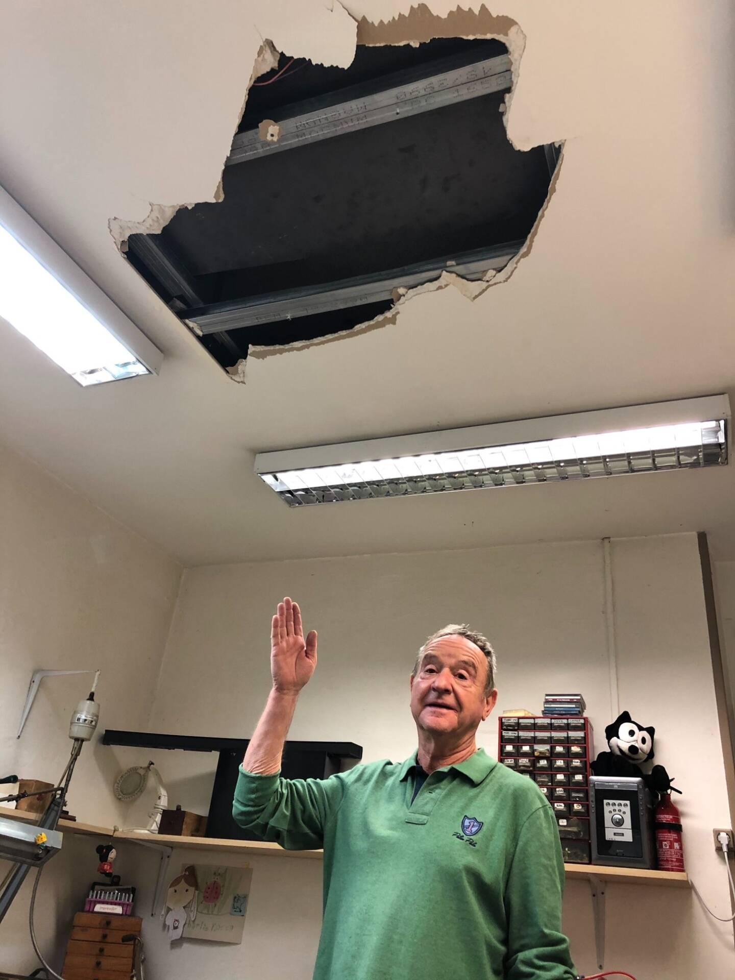 Le bijoutier Philippe Leroux désigne son faux plafond percé, qui a vu passer le ou les intrus.