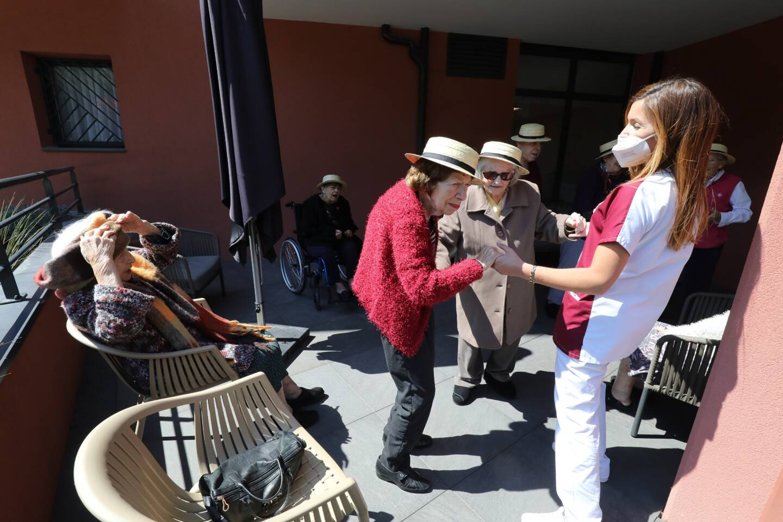 Chants, danses et sourires complices, entre les résidents et personnels de l'Ehpad Valentina, à Saint-André-de-la-Roche.