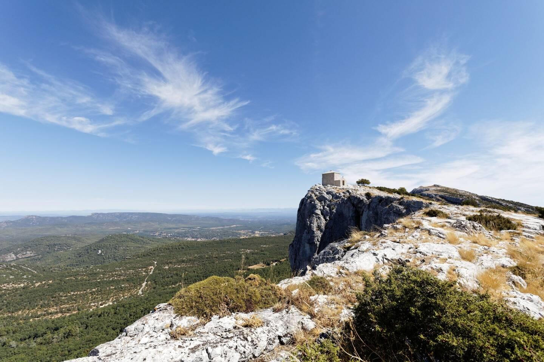 A presque 1.000 mètres d'altitude, la chapelle du Saint-Pilon domine un paysage somptueux.