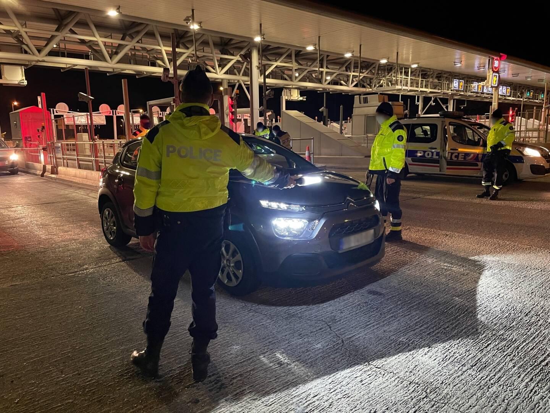 De jour comme de nuit, les policiers de la CRS autouroute Provence Toulon veillent au respect des règles de confinement ou de couvre-feu.