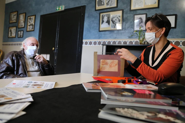 Camille Dutot, experte en œuvres d'art de la maison Millon, estime un dessin que lui a amené un particulier, Joseph Maïsto, lors d'une de ses permanences gratuites à Sanary.