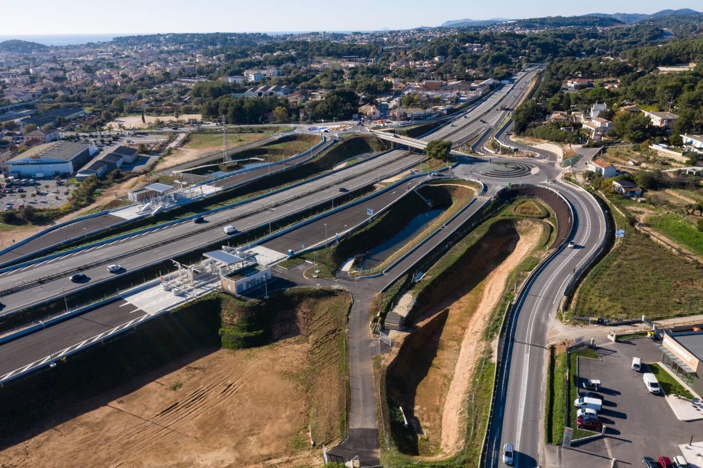 Deux grands rond-points menant aux bretelles ont été aménagés de part et d'autre de la RD11, deux gares de péage construites et cinq bassins de rétention créés. Un chantier de près de trois ans.