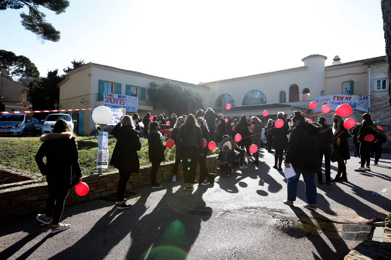 """Une centaine de personnes, avec masques noirs et ballons rouges pour """"symboliser les enfants en souffrance qui ne seront plus pris en charge"""", ont manifesté dans le calme, hier matin, devant le centre Les Oiseaux."""