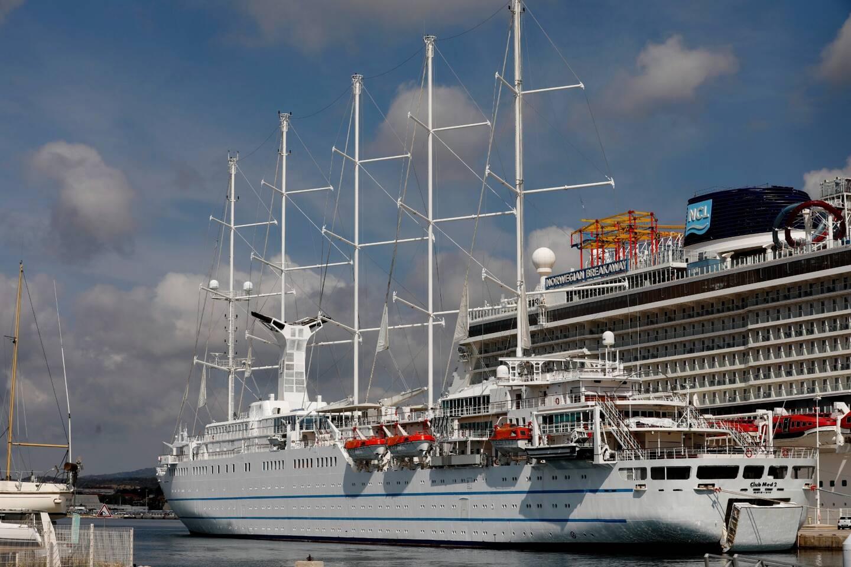 Arrivé en mai 2020 à La Seyne pour un lay-up (désarmement) contraint et forcé, le Club Med 2 effectue là son premier passage au pied du Faron depuis sa mise à l'eau en 1992.