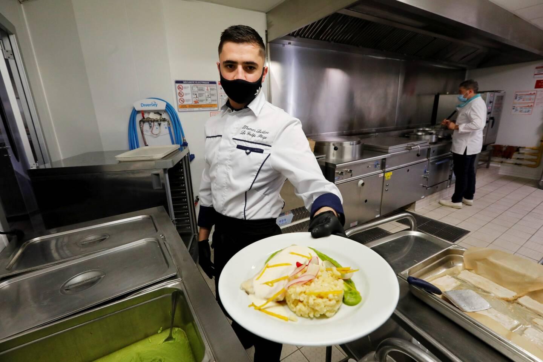Au menu du jour, filet de Lieu au beurre blanc et son risotto de coquillettes, de quoi ravir les résidents de l'Ehpad des Jardins de Provence qui pourront chaque midi profiter d'un menu élaboré par le chef et l'équipe de l'établissement.