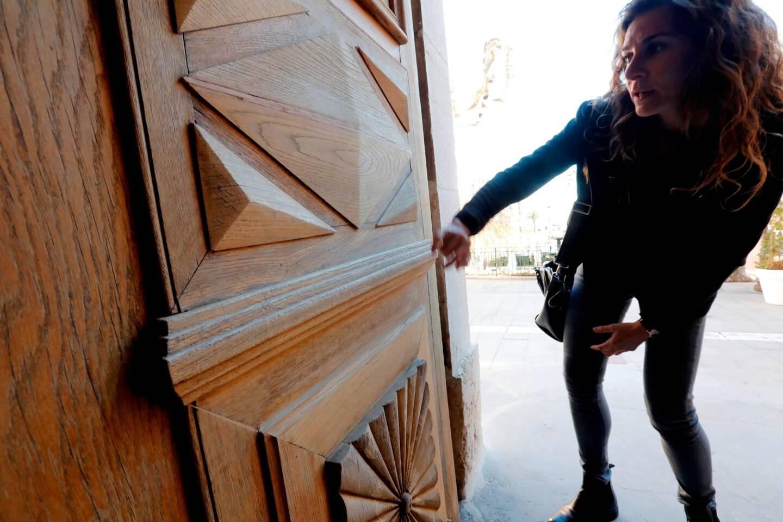 Décapée, la grande porte de l'église, en chêne, a retrouvé toute sa superbe et son éclat.