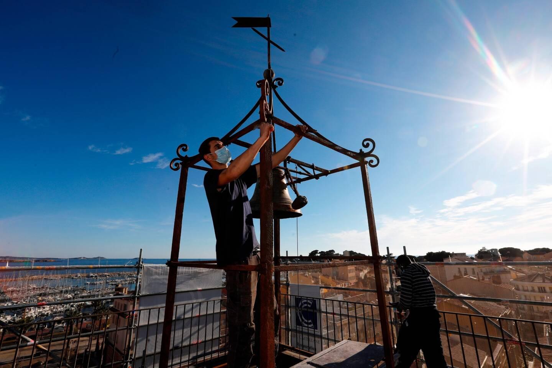 La ferronnerie du campanile va retrouver sa teinte d'origine.