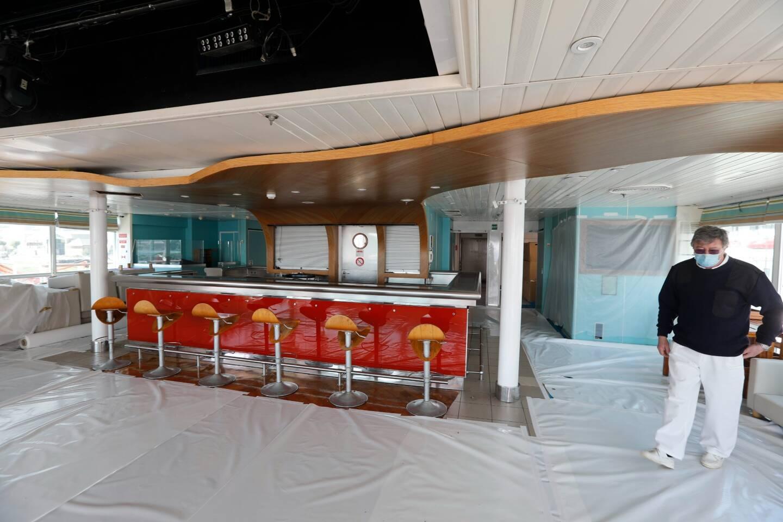 Le bar, qui fait aussi boîte de nuit, est également rénové.