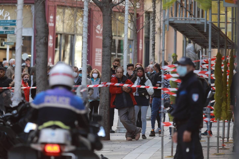 Riverains et curieux ont été tenus à distance par un important cordon de police.
