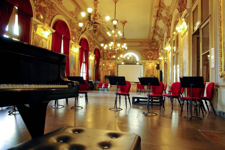 Le Foyer Campra accueille les spectateurs durant les entractes mais aussi, très régulièrement, des concerts lyriques.