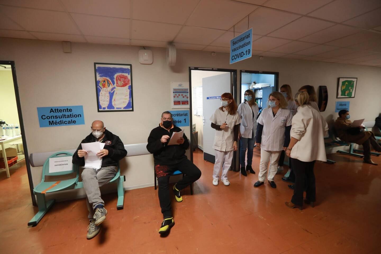 Les professionnels de santé se sont succédé mardi, à l'hôpital Clemenceau, pour se faire vacciner.
