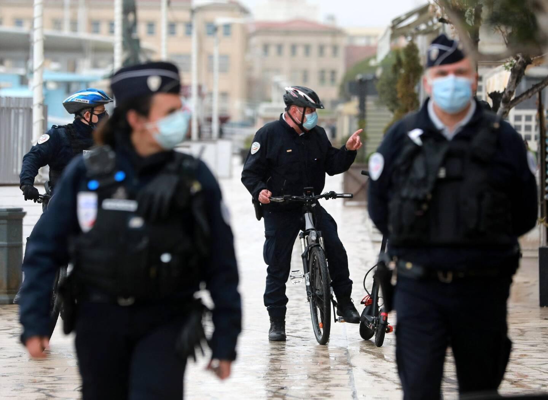 Des policiers à pied et à vélo sur le port de Toulon, samedi après-midi.