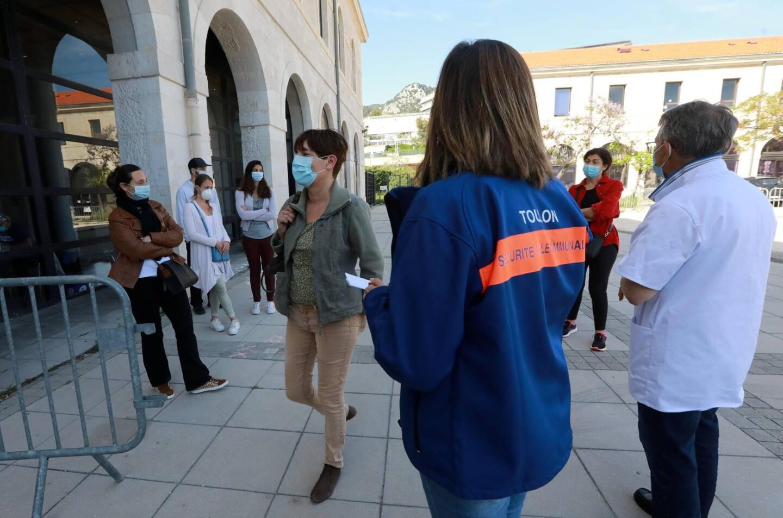 Ils étaient douze candidats pour six doses, ce lundi, au moment de la fermeture du centre de vaccination au Zénith.