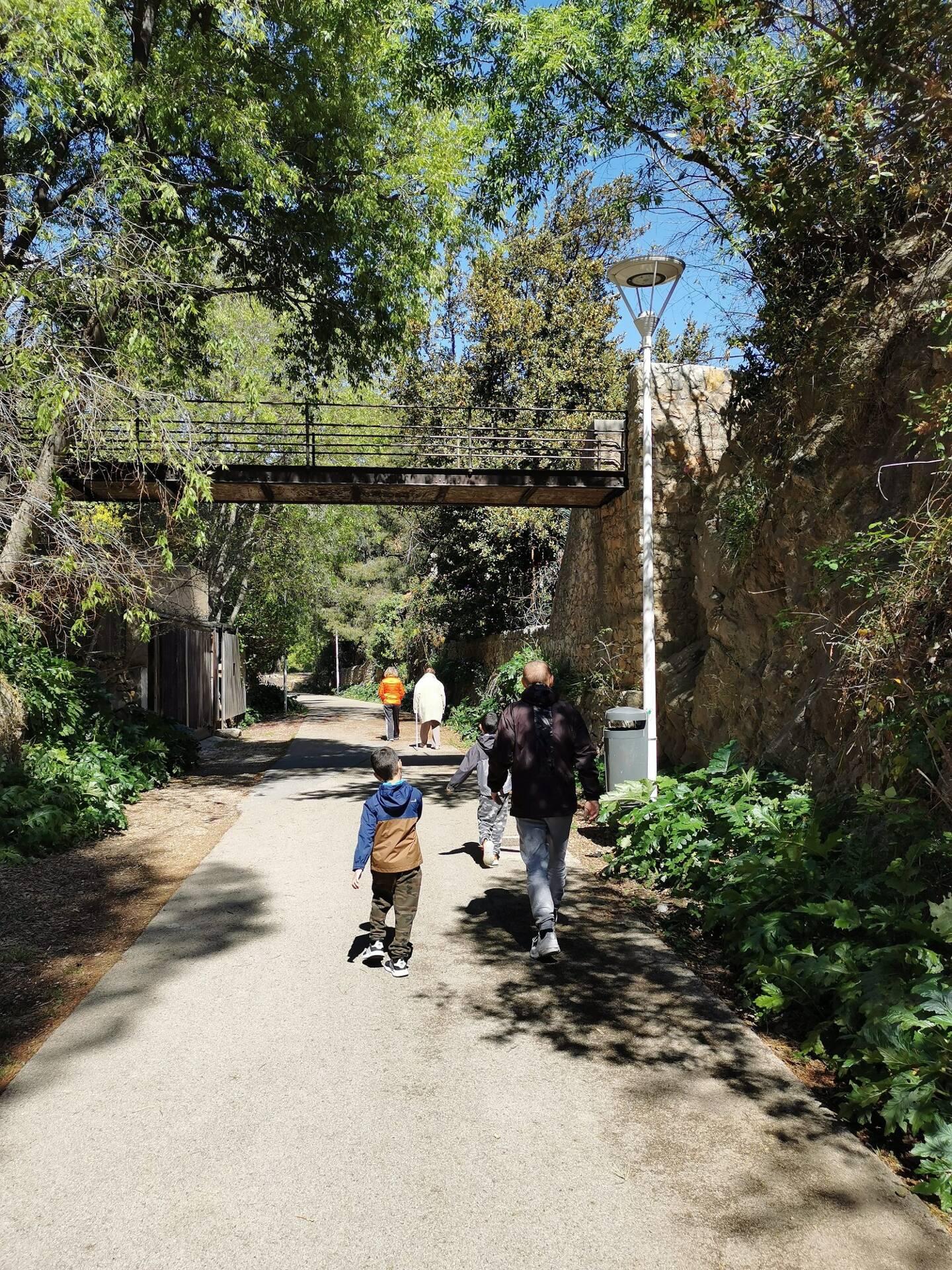 Piétons et cyclistes se partagent la route.