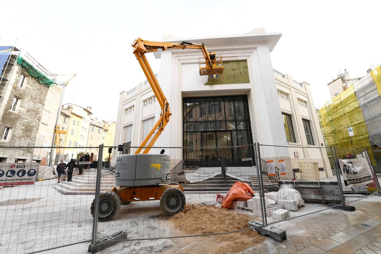 Commencé il y a deux ans, le chantier des halles municipales bat son plein. À l'intérieur, comme à l'extérieur, les ouvriers s'affairent à redonner du cachet à ce lieu emblématique de la ville.