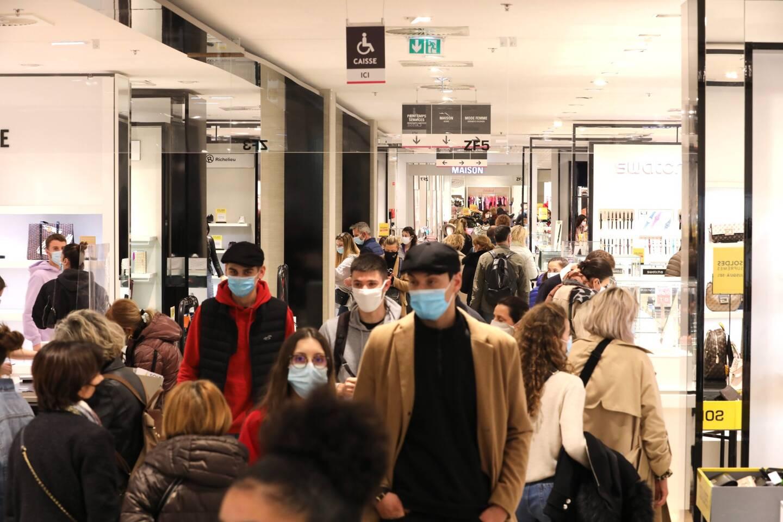 La foule a envahi les allées des centres commerciaux, ce samedi.