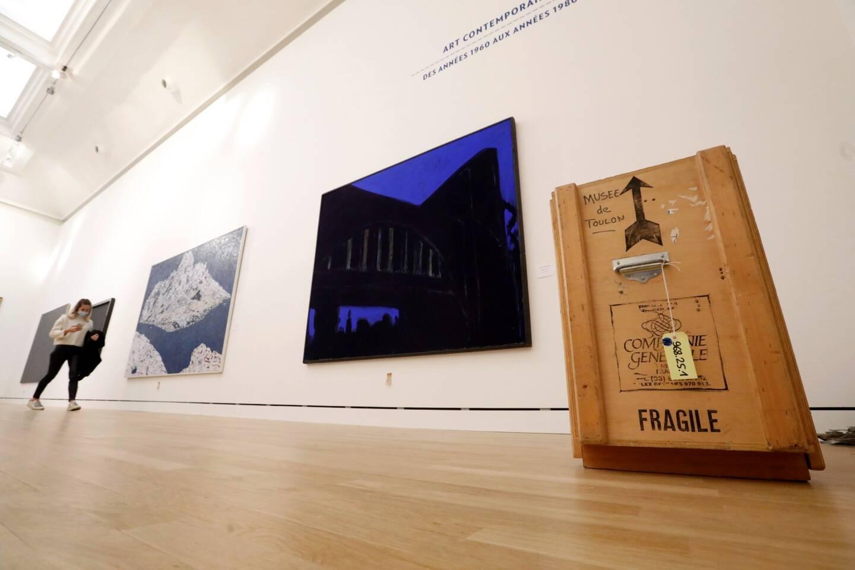 L'équipe du musée s'occupe de l'accrochage des œuvres en vue de la réouverture.