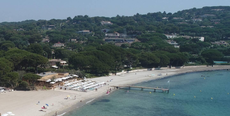 Le tribunal administratif a prononcé la résiliation du contrat de sous-concession entre la commune et la plage. Le lot est lié à Jardin Tropezina et à l'Hôtel La Messardière, appartenant à l'homme d'affaires Stéphane Courbit.