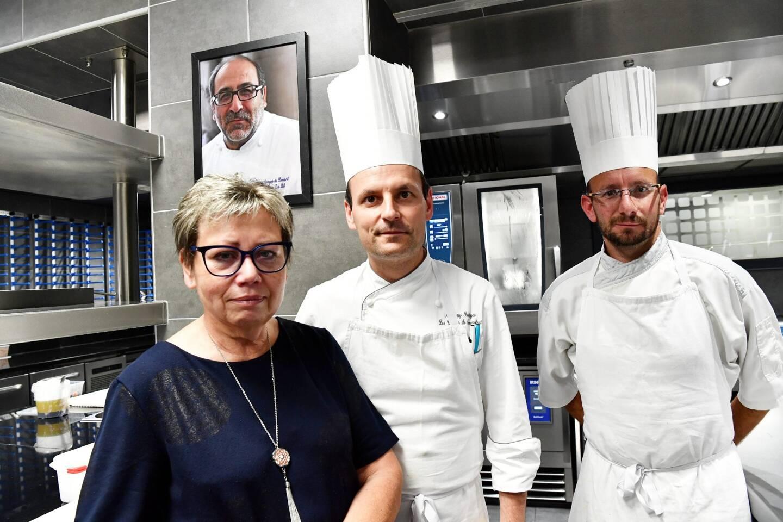 Martine Da Silva entourée du nouveau chef, Anthony Salliege, et du chef pâtissier, Philippe Madon.
