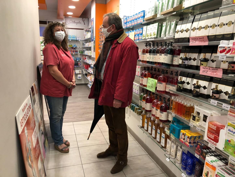 Le préfet Evence Richard dans une pharmacie à La Farlède.