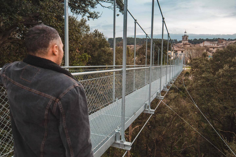 La passerelle surplombe de 25 mètres les gorges de la Nartuby et fait 70 mètres de long. Elle sera ouverte à la fin du mois d'avril.
