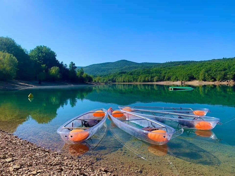 Parmi les nouveautés de l'été, des kayaks et paddles transparant pour profiter du bleu du lac de Ste-Croix à Bauduen.