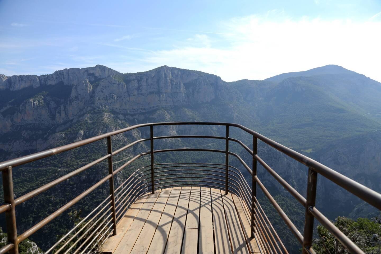Un point de vue panoramique sur les gorges du Verdon attend les visiteurs... qui n'ont pas peur du vide.