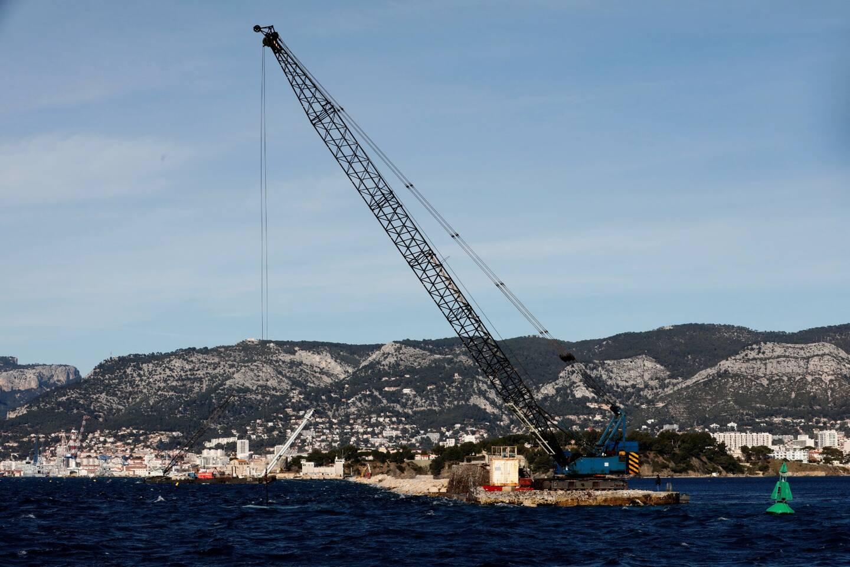 En attendant que le musoir sud, sur lequel Toulon devrait être écrit en lettres de 70 cm de haut, soit reconstruit, c'est une bouée verte surmontée d'un feu qui signale un côté de la grande passe.