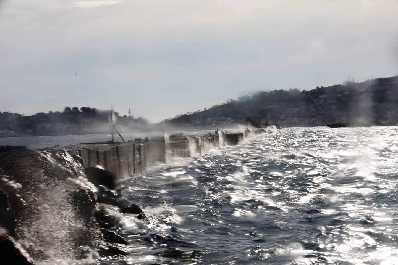 """Même si la restauration de la grande jetée n'est pas terminée, """"les premiers effets, notamment dans la partie nord de l'ouvrage, se feraient déjà sentir sur la navigation"""", dixit un usager des navettes maritimes."""
