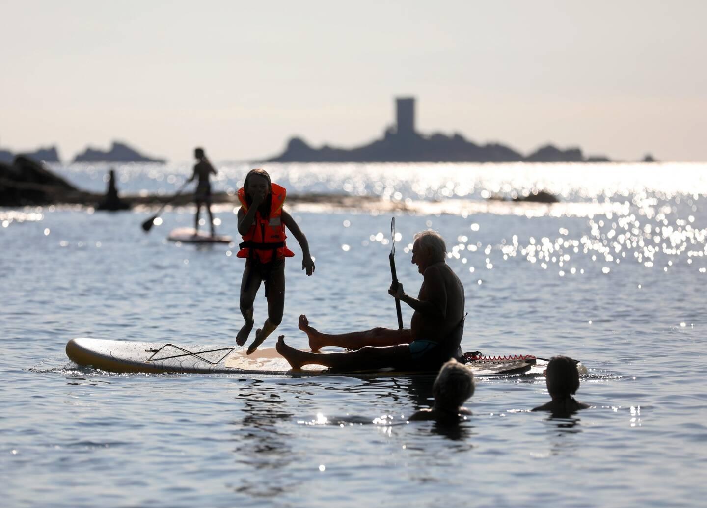 Avec des températures qui dépassent allègrement les 30 degrés, c'est l'occasion de découvrir les plus beaux endroits du Var en paddle.