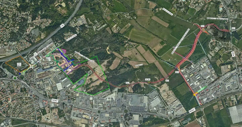 Une première voie (en rouge) a été pensée avant l'étude des impacts qui, par la suite, permettra de définir le tracé définitif.