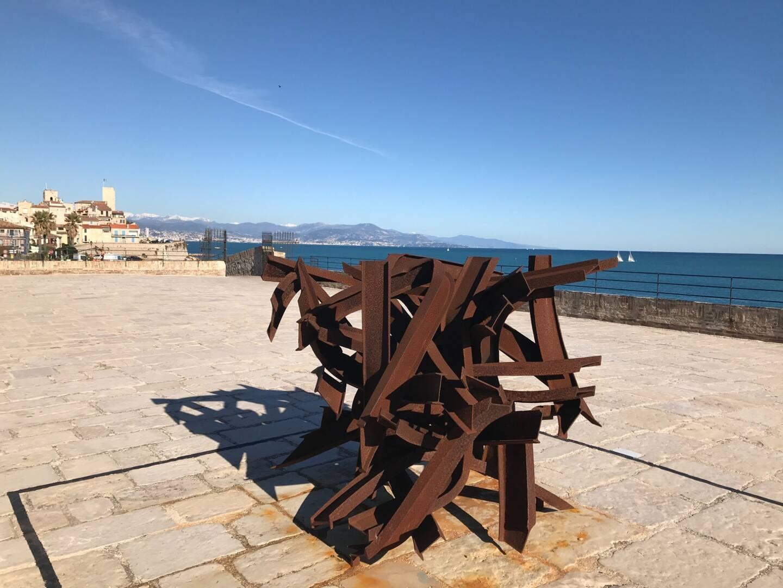 Cette sculpture de Bernard Pagès est un hommage à Pierre Soulages.