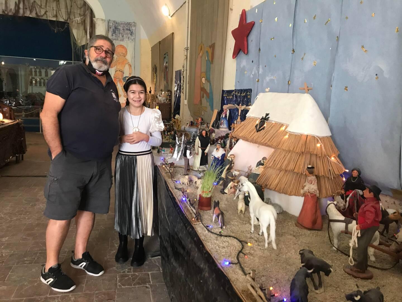 Bernard Dupont et sa petite-fille Louna font découvrir aux visiteurs les 92 crèches de la salle du Lanternier.
