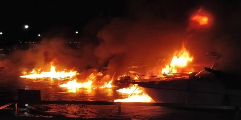 Un violent incendie ravage 18 bateaux à Saint-Aygulf