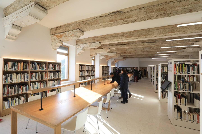 Installée sur 5000 m² , la médiathèque propose quelque 70 000 ouvrages, classés par thème et par public.