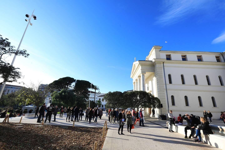 La nouvelle médiathèque, bordée par le jardin Alexandre Ier totalement repensé, a été rapidement adopté par les Toulonnais.