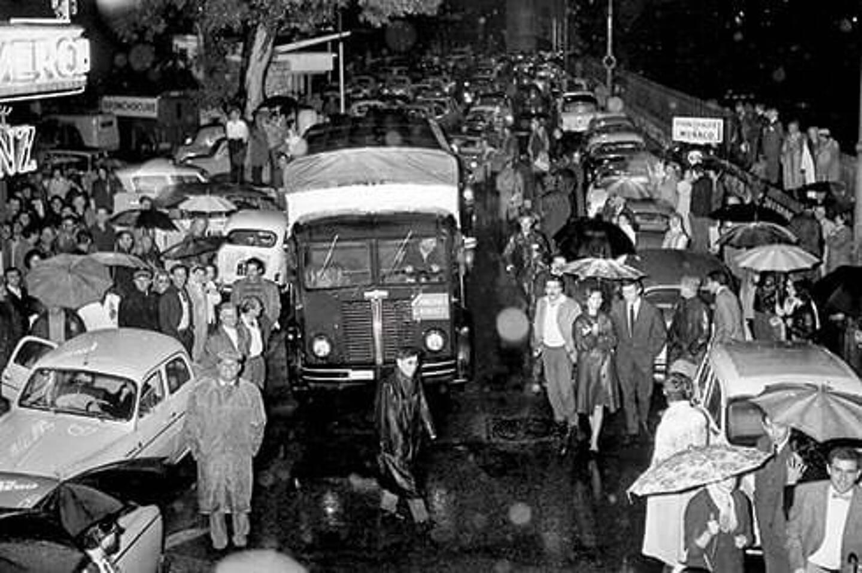 Des journalistes de toutes nationalités et quelques dizaines de curieux qui avaient bravé la pluie diluvienne pour assister à un instant historique la nuit du 12 octobre 1962.