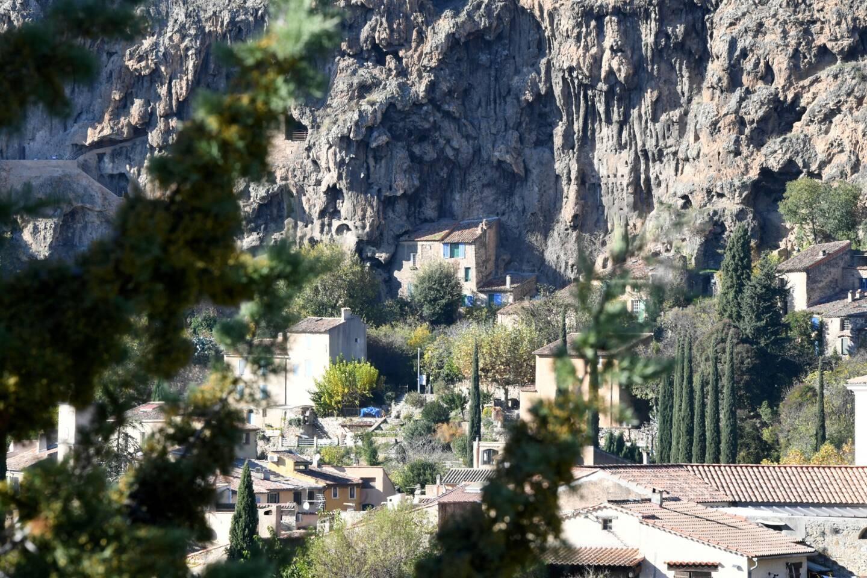 Le village de Cotignac et ses maisons troglodytes ne se trouvant pas en bord de mer offre l'avantage d'être peu fréquentés par les touristes.