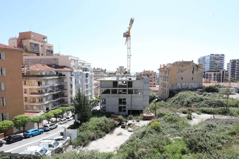 Sur le terrain de la Crémaillère, seul un des six bâtiments prévus [316 appartements] avait commencé à être construit.