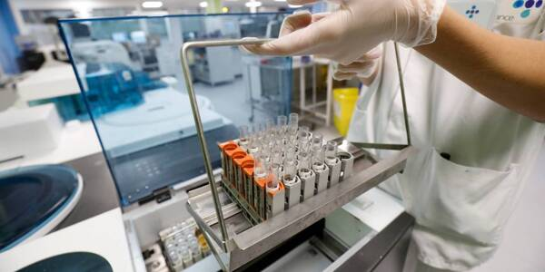 Un laboratoire analysant des tests PCR.