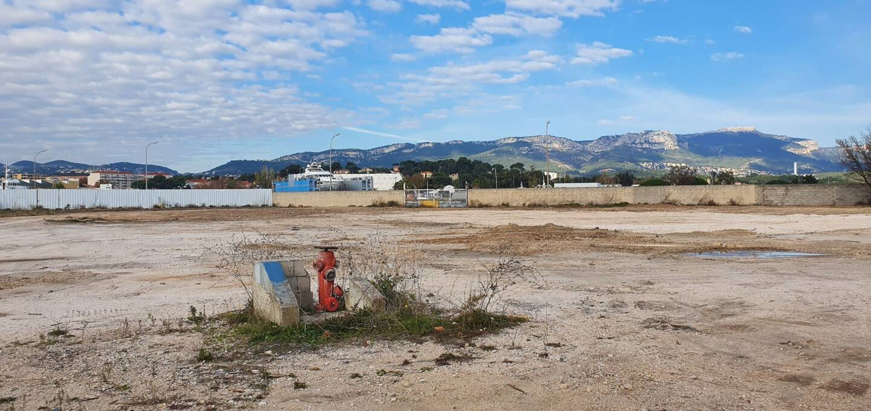 Voici le terrain sur lequel les travaux débuteront à l'automne prochain. Il s'agit du site où était installée précédemment la Société nouvelle de remorquage et de travaux maritimes.