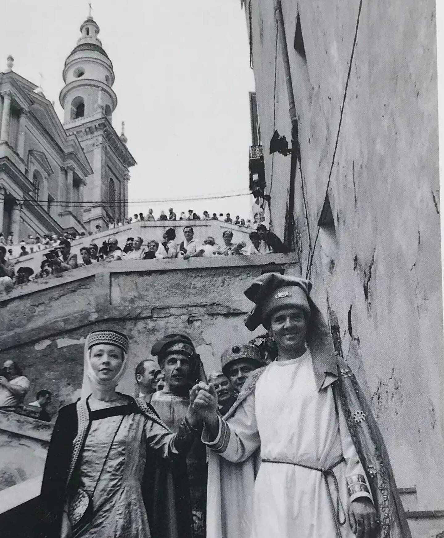 Le cadre majestueux des rampes Saint-Michel et du parvis de la basilique a accueilli de nombreuses manifestations. Ici, en 1990, les Mentonnais fêtent les 700 ans de la cité mentonnaise. Tous les ans, la procession de la traditionnelle fête de la Saint-Pierre passe également par les rampes.